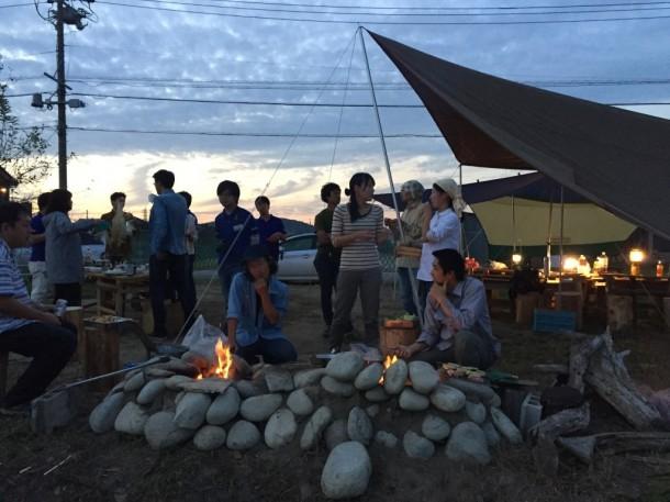 火を囲んでの食事、立ちながらの食事って楽しいんですよね。