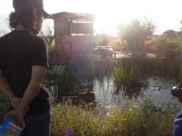 畑に池が! 生き物探検部の子供たちが作った池なのです。奥の小屋もそう。楽しすぎる。