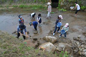 子どもたちも隙間に土を入れていきます